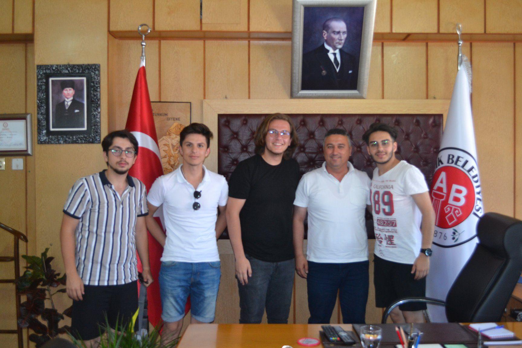 Üsküdar Anadolu İmam Hatip Liseli Öğrencilerden Başkanımıza Ziyaret